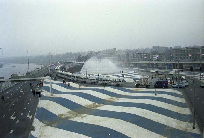 De Blauwe Golven in 1977, het jaar van de opening van de Roermondspleinbrug, tegenwoordig Nelson Mandelabrug.