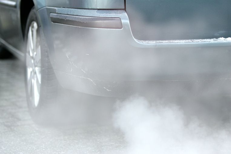 Auto met rokende uitlaat. Beeld ANP
