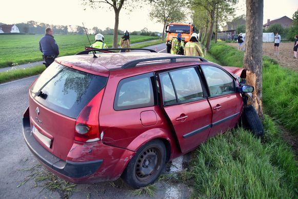 De personenwagen raakte zwaar beschadigd bij de klap tegen de boom langs de Kemmelstraat in Wulvergem.