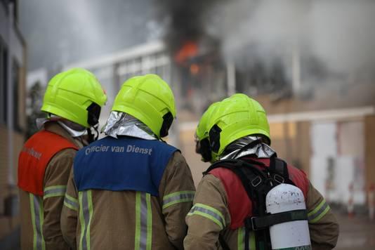 De grote brand aan de Rotterdamse Abraham van Beyerenstraat is nog niet onder controle