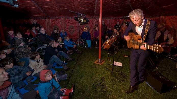 Spinvis (Erik de Jong) tijdens een optreden bij een eerdere editie van het culturele festival Het Park Vertelt.