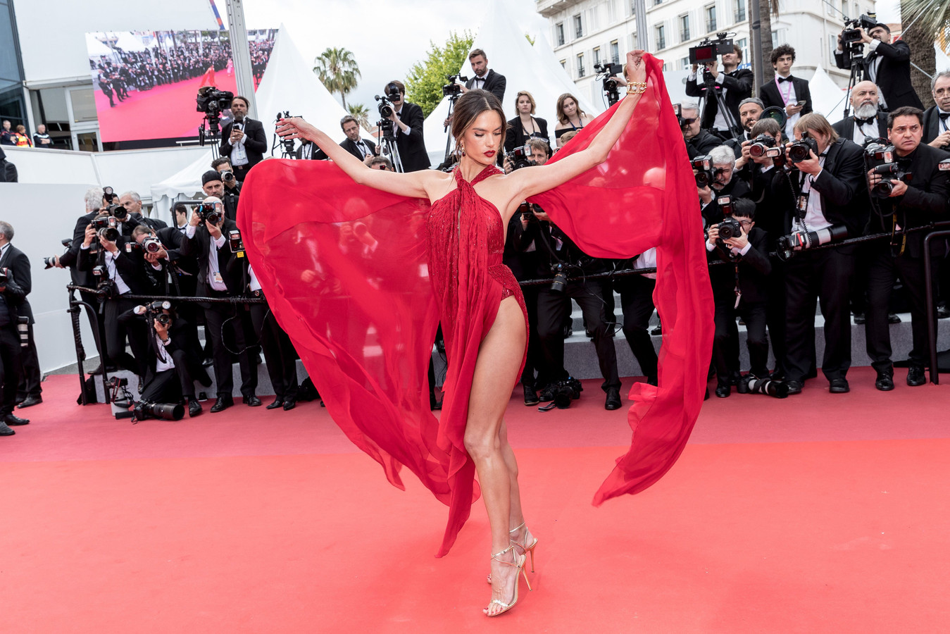 "Alessandra Ambrosio - Montée des marches du film ""Les Misérables"" lors du 72ème Festival International du Film de Cannes. Le 15 mai 2019 © Jacovides-Moreau / Bestimage Red carpet for the movie ""Les Miserables"" during the 72th Cannes International Film festival. On may 15th 2019 ! only BELGIUM !"