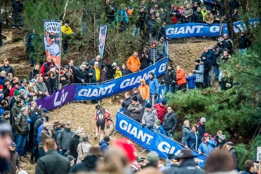 Het fraaie bosparcours van het NK veldrijden te Huijbergen en de aanwezigheid van wereldtopper Mathieu van der Poel trok volgens de organisatie 10.000 crossfans naar Tiestenduin en Nootjesberg.