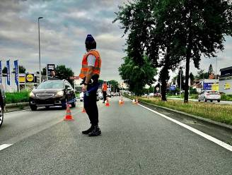 Wagen belandt op dak na aanrijding: bestuurster lichtgewond