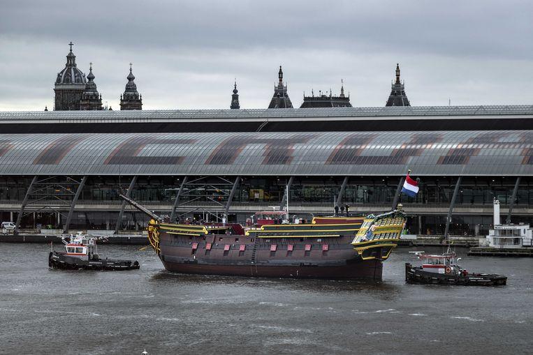 Het VOC-schip de Amsterdam wordt over het IJ versleept van het droogdok naar de Oranjewerf.  Beeld RAMON VAN FLYMEN/ANP