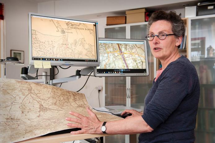 Vught. Ottie Thiers op haar computer bezig met het samenstellen van een Vughtse Historische Atlas.