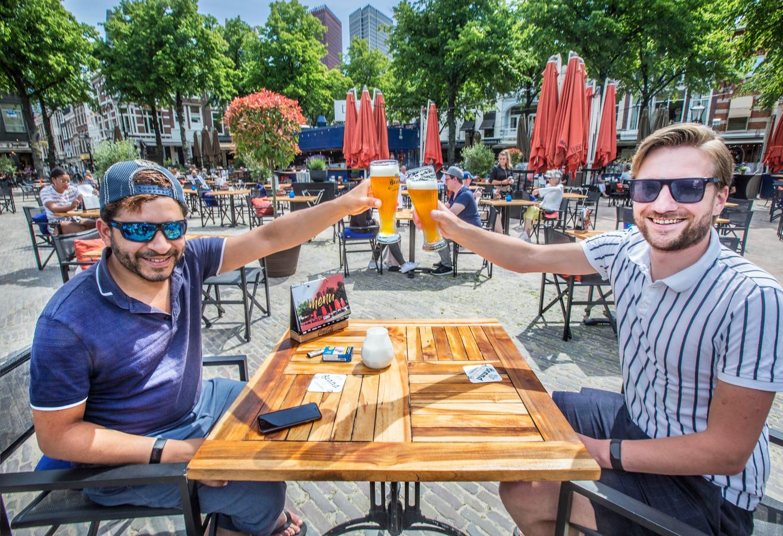 Sebastian Kruis, fractievoorzitter van de Haagse PVV (links) en Jelle drinken zich op het Plein hun eerste terrasbiertje.