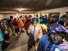 Zwarte Piet wordt lichter geschminkt in Arnhemse optocht