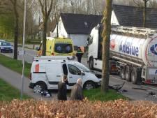 27-jarige automobilist moet naar het ziekenhuis na ongeluk met vrachtwagen