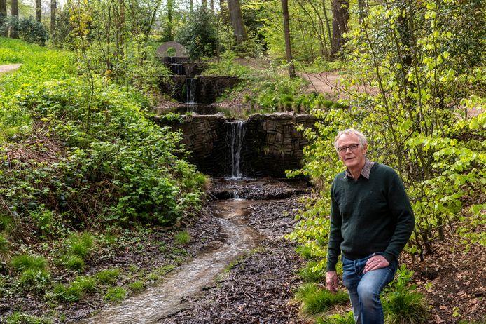 """Ecohydroloog Flip Witte bij de Oorsprongbeek in Oosterbeek. ,,Naaldbomen verdampen meer. Zeker een donker douglasbos of een bos met fijnspar. Die zou je eigenlijk moeten vervangen door kaal zand en heide."""""""