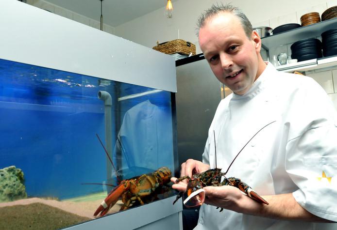 Chef-kok en eigenaar Eric Ketel met het handelsmerk van zijn visrestaurant: de kreeft.