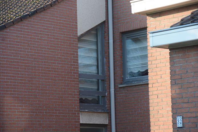 Bij andere woningen is de balustrade nog aanwezig maar vertoont het hout wel tekenen van slijtage.