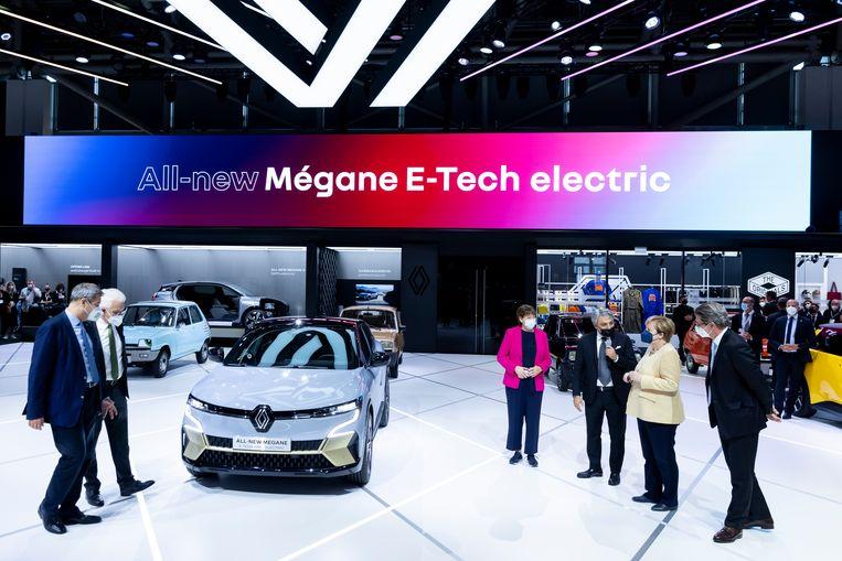Renault-baas Luca de Meo ontvangt Angela Merkel op de Renault-stand tijdens de IAA Motor Show in München. De autobeurs duurt tot en met 12 september. Beeld EPA