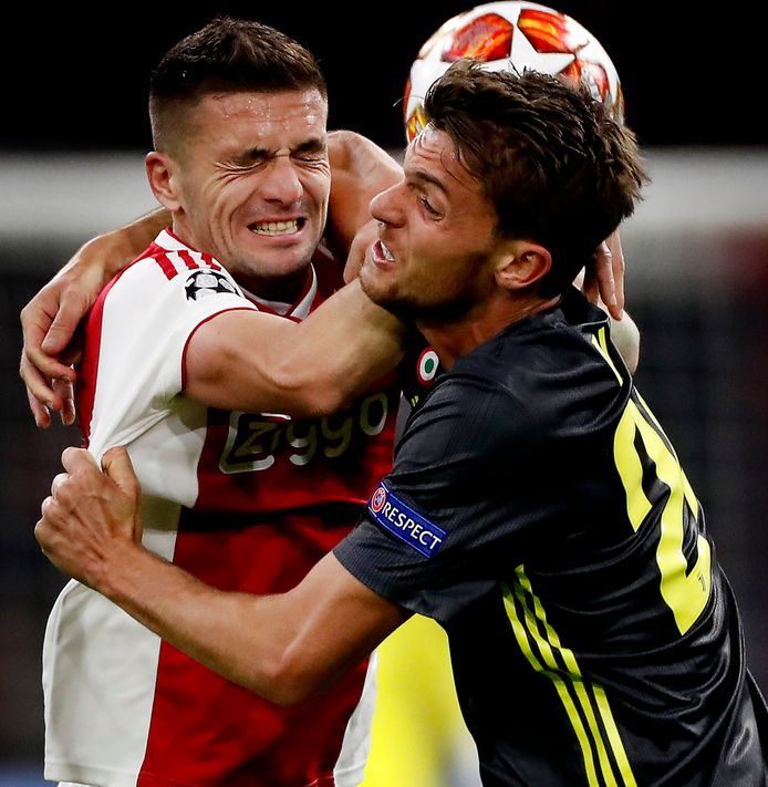Daniele Rugani in gevecht met Dusan Tadic.
