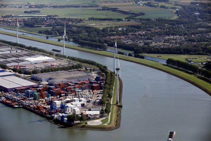 Bewoners van Geervliet en Heenvliet hopen dat de windmolens op het puntje van Rotterdams grondgebied, maar vlakbij hun huizen, moeten worden weggehaald.