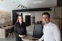 Vicky Van Houdt en Jorn Wittevrongel aan het computerscherm waar gasten zelf zullen kunnen inchecken.