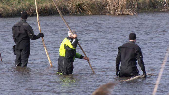 De politie zocht in het water naar lichaamsdelen.