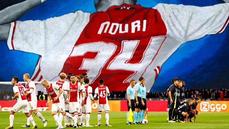 Augustus 2017: Ajaxfans rollen een groot doek naar beneden als eerbetoon aan Nouri Beeld Pim Ras