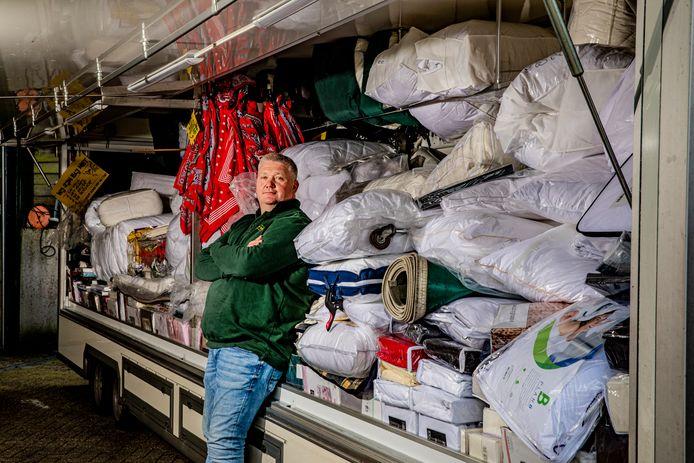 Henk Jan Molenbroek uit Ugchelen is marktkoopman. Marktkooplui in non-food mogen nog steeds niet hun waren verkopen, terwijl winkeliers wel op afspraak hun klanten mogen bedienen.