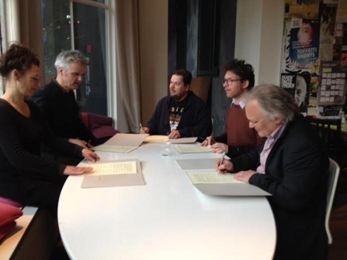 De overeenkomst wordt ondertekend.