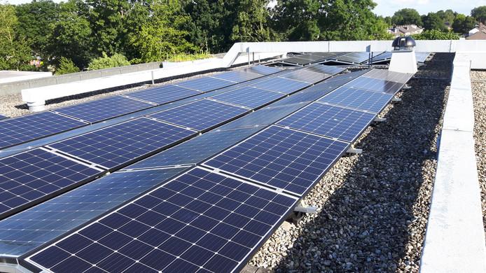 Zonnepanelen op het dak van het dorpshuis