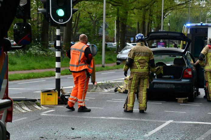Een bijrijder is dinsdagmiddag uit een auto geknipt na een ongeval in Enschede.