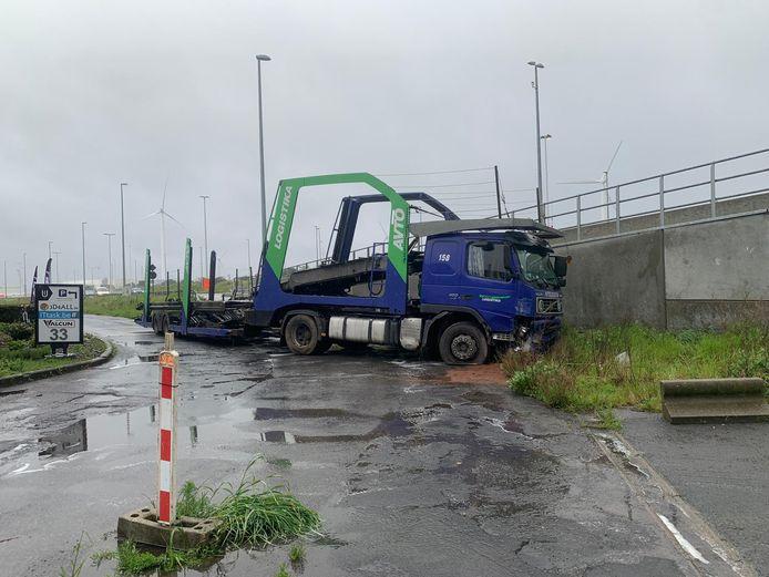De vrachtwagen reed door de vangrail heen.