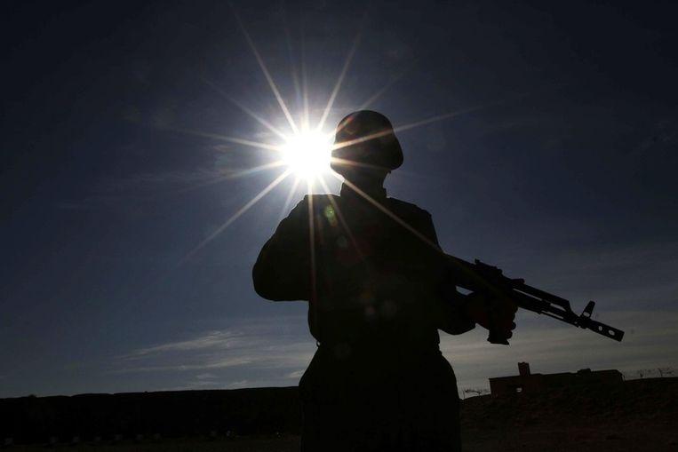 Een Afghaanse agent houdt de wacht tijdens de diploma-uitreiking van de nieuwe Afghaanse agenten.<br /><br />Afghaanse agenten krijgen vandaag hun diploma uitgereikt in Herat, de op een na grootste stad van het land. Eind 2014 zullen buitenlandse strijdmachten het land verlaten, waardoor de Afghanen weer afhankelijk zijn van een Afghaanse veiligheidsmacht. Op ceremoniële wijze overhandigen NAVO-soldaten de diploma's. Beeld epa