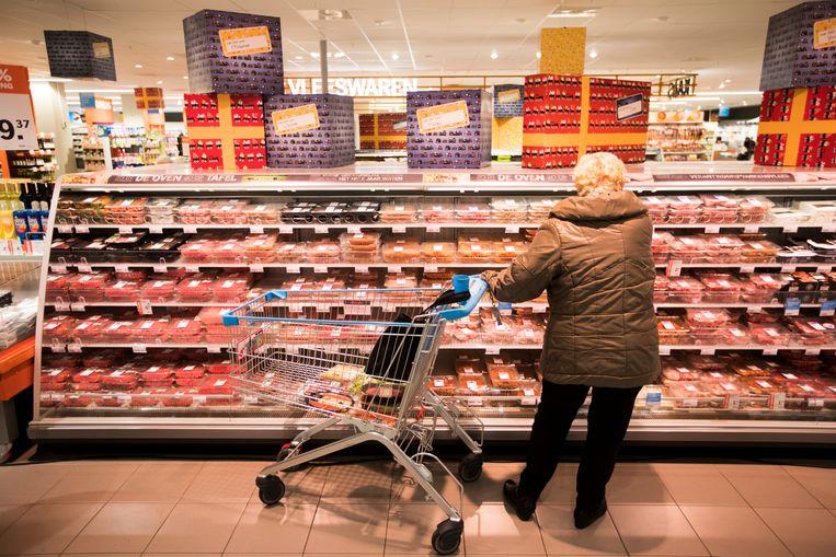 Vleesproducten in de supermarkt. In de vleesverwerkende branche, met onder meer de Vion Food Group en de VanDrie Group, zijn nog weinig stappen gemaakt. Beeld ANP