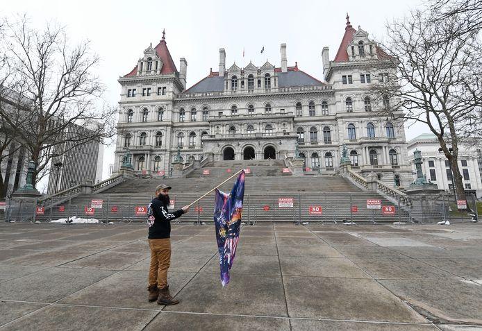 Welgeteld een betoger kwam vandaag opdagen aan het staatsparlement van de  staat New York in Albany.  Uit voorzorg was de toegang afgesloten.