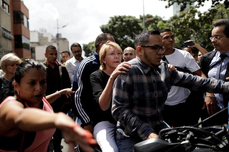 De afgezette hoofdaanklager Luisa Ortega wordt zaterdag op een motor weggereden. Beeld reuters