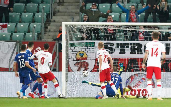 Robert Lewandowski zorgt voor de 1-0 van Polen.