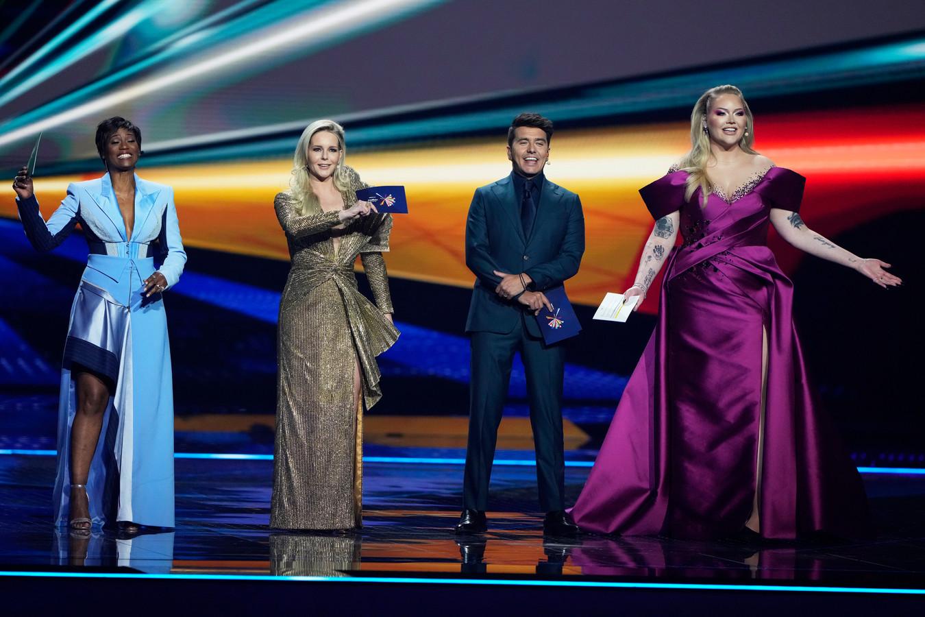 De presentatoren van het Eurovisie Songfestival  tijdens de eerste generale repetitie finale.