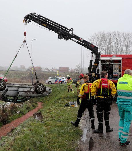 Auto rijdt in de sloot in Waalwijk, bestuurder is nergens te bekennen