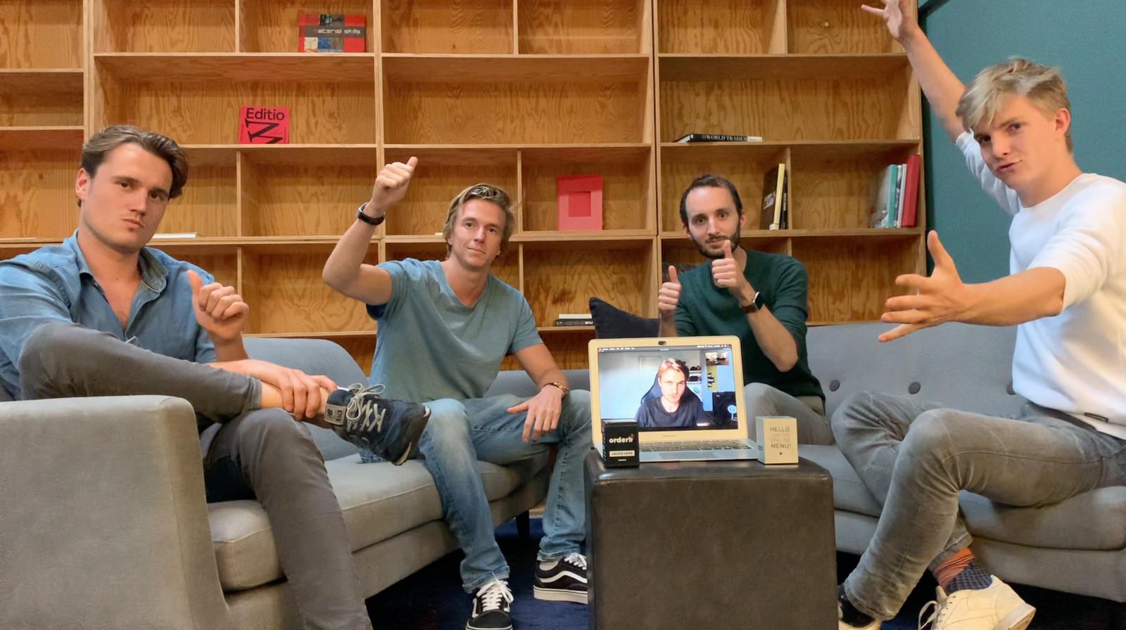 Van links naar rechts: Dex Holman, Floris Visser, Dorus van den Oord, Maurits Franken en op de laptop Sven van der Zee, de ondernemers van Orderli.
