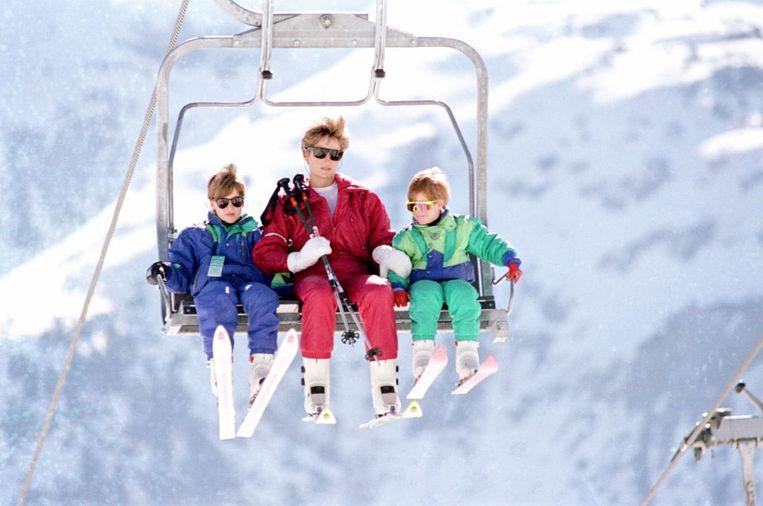 Diana met William en Harry in een ski-lift tijdens een vakantie in Zwitserland in april 1991. Beeld Getty Images