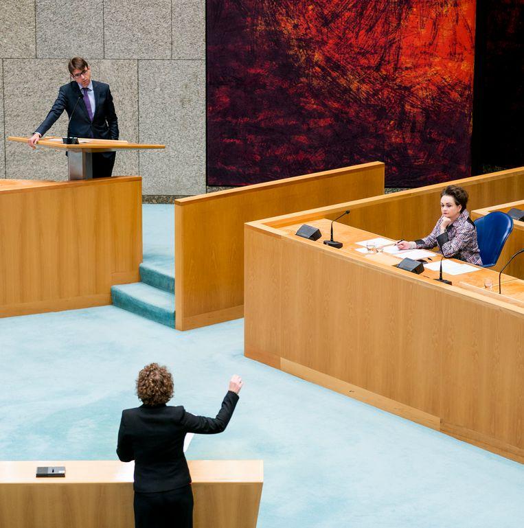 Steven van Weyenberg (D66), Staatssecretaris Alexandra van Huffelen van Financiën en Renske Leijten (SP) tijdens een debat over het stopzetten van de kinderopvangtoeslag. Beeld