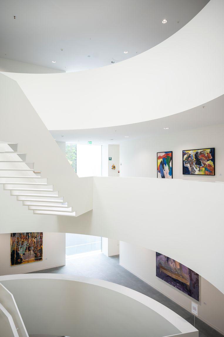 Het 'Guggenheim'-trappenhuis, waar kunst uit de collectie hangt.  Beeld Tom Philip Janssen