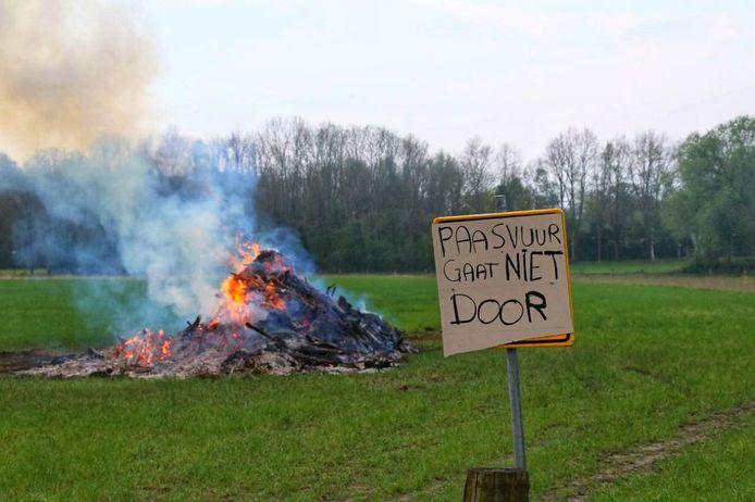 'Paasvuur gaat niet door', is er te lezen op een bord aan de weg. Toch ging de bult zondagavond in vlammen op.