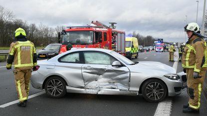 Aanrijding tussen vrachtwagen en twee personenwagens op E19: één lichtgewonde en veel materiële schade