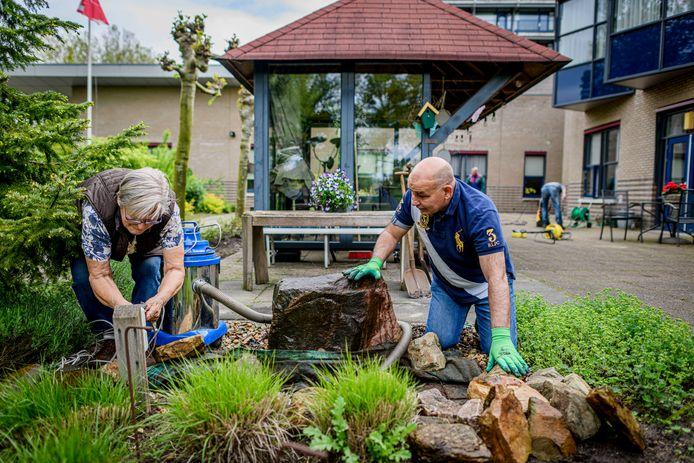 Bij de Stoevelaar in Goor krijgt de belevingstuin een grote beurt op de nationale dag voor vrijwilligerswerk: NLDoet.