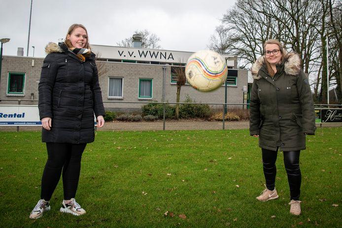 Sportdocenten Mellanie Weijn en haar collega Mieke van de Ketterij, werkzaam bij basisschool Prinses Beatrix in Wenum, zijn blij met de sportdagen die ze samen met voetbalclub WWNA kunnen regelen voor de leerlingen.