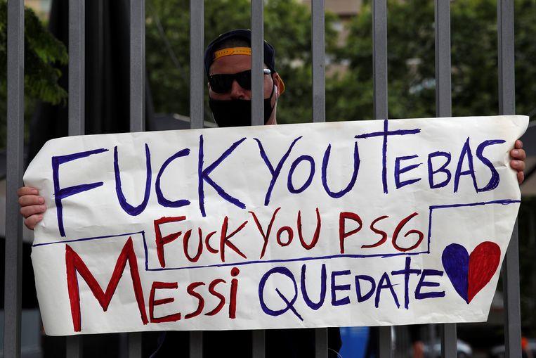 Barcelona-fans tonen hun ongenoegen over de beslissing. Beeld EPA