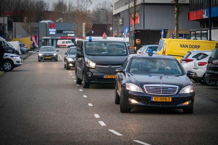 Beveiligde auto's komen aan bij de extra beveiligde rechtbank De Bunker. Beeld ANP