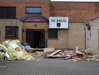 Een stukje volksgeschiedenis verdwijnt: afbraak COC De Brug en oude winkelpanden langs Assenedesteenweg gestart