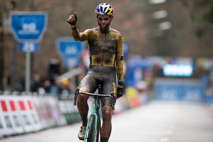 Wout van Aert komt over de finish.