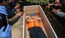 Indonesiër ontkomt aan coronaboete door minuut in grafkist te gaan liggen.