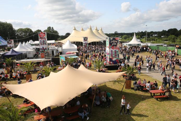 De organisatie van het Deventer Stadsfestival had het evenemententerrein op de Platvoet aangekleed met diverse podiumtenten, een 'foodarea' in het midden, een reuzenrad en een opblaasbaar klimtoestel voor kinderen.