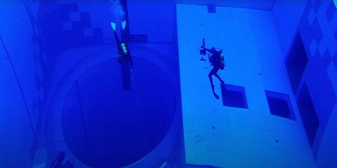 Duikers in het Poolse zwembad dat maar liefst twintig keer meet wter bevat dat een gewoon 25-meter bad.