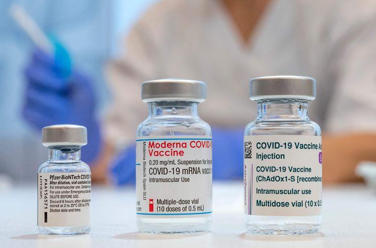Lege flacons van de vaccins van Pfizer-BioNTech, Moderna en AstraZeneca.  Beeld AFP